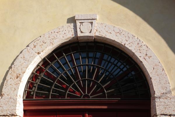 Detajl nad vrati artilerijske kasarne