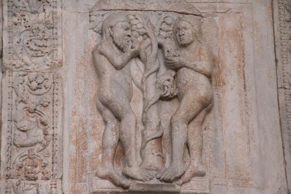 Adam in Eva na portalu cerkvenih vrat