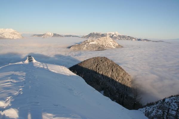 Nad megleno morje se dviga Zeleni vrh, nad Jezerskim vrhom pa Pristovški Storžič, zadaj Obir