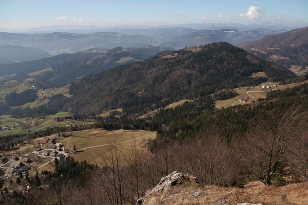 Pogled v Poljansko dolino iz razgledišča