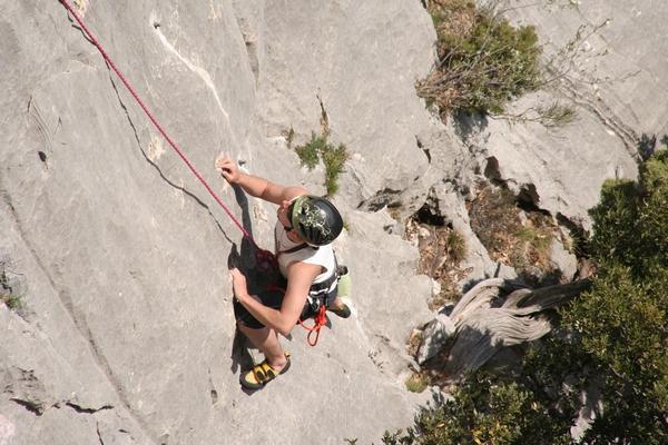 Plezalec v steni kanjona