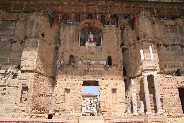 Imperator nad odrom antičnega gledališča