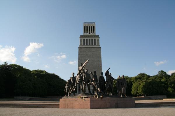 Spomenik in stolp z zvonom