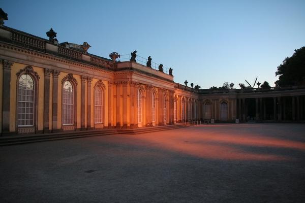Dvorec Sanssouci ob igri svetlobe in senc