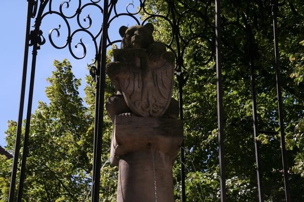Berlinski medvedek pred Nikolajevo cerkvijo
