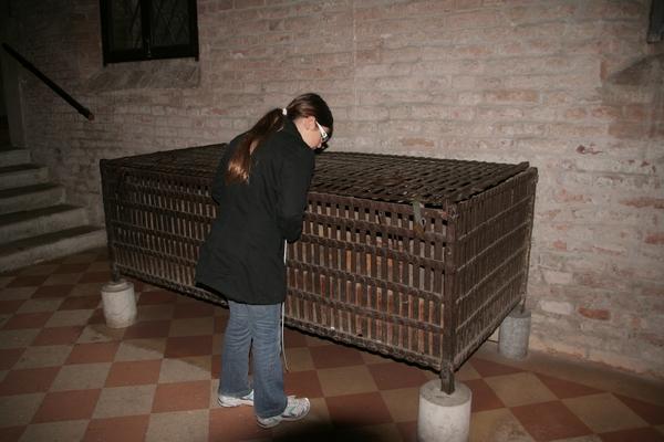 Kletka v kateri so našli ostanke sv. Luka