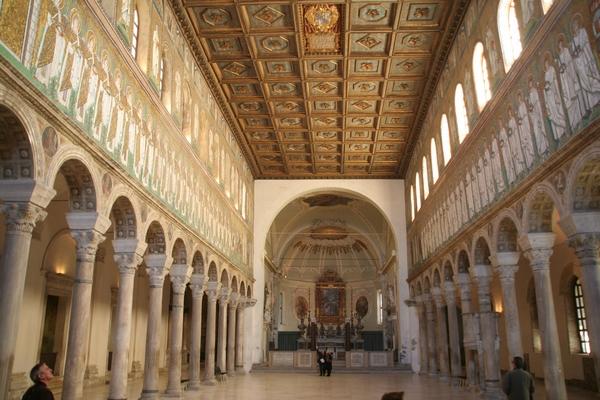 Notranjost bazilike z mozaiki ob straneh