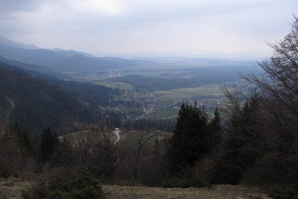 Temni oblaki se zbirajo nad dolino