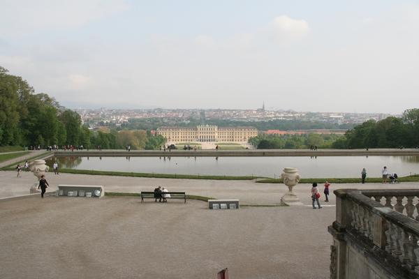 Dvorec in Dunaj za njim