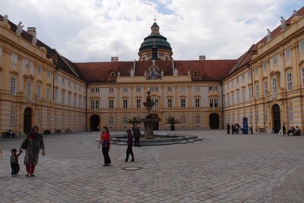 Samostansko dvorišče