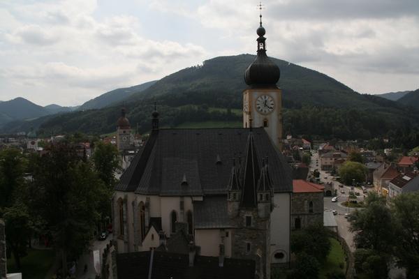 Pogled na mesto in farno cerkev