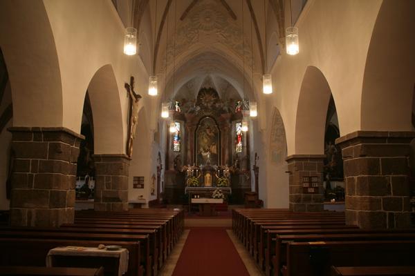 Notranjost farne cerkve